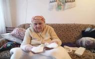Пенсіонерка з Волині зв'язала для митрополита Єпіфанія рукавиці та шарф. ФОТО