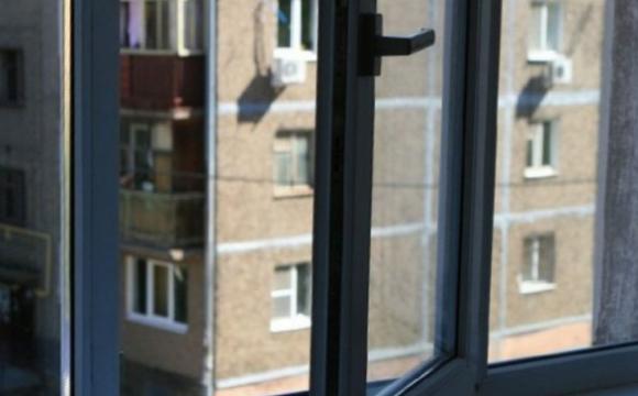 Загадкові смс: 11-річна школярка викинулася з вікна 8-поверху. ВІДЕО