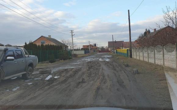 У Любомлі замість дороги на вулиці - місиво болота. ФОТО