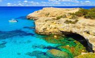 Не дивлячись на розпал сезону, пляжі Кіпру пустують. ВІДЕО