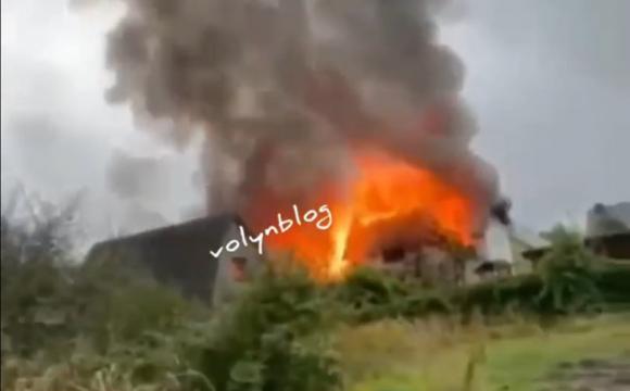 Неподалік Луцька горить будівля. ВІДЕО