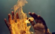 Спав на узбіччі: двоє підлітків спалили чоловіка посеред вулиці