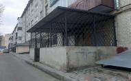 У Луцьку муніципали перевірять законність добудови приміщення на пішохідному тротуарі. ФОТО