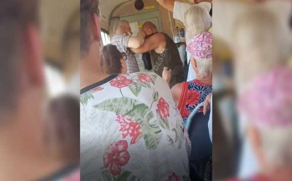 Пенсія по-одеськи: дідусі побились за місце для інвалідів у трамваї. ВІДЕО
