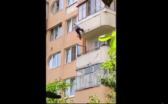 Застрягла у мотузках для білизни: бабуся випала з п'ятого поверху. ВІДЕО