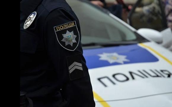 П'яний львів'янин лопатою розтрощив поліцейське авто. ВІДЕО