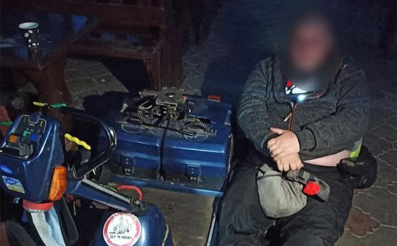 Луцькі патрульні допомогли чоловіку з інвалідністю: в нього зламався візок
