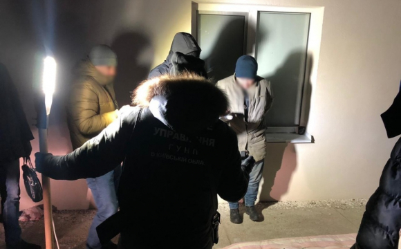 Під час затримання на Київщині, злочинець кинув у поліцейських гранату. ВІДЕО