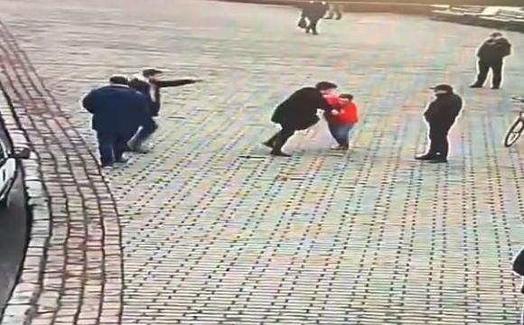 У центрі Луцька - бійка чоловіків. ВІДЕО