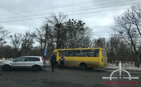 У Луцьку трапилась ДТП за участю маршрутного таксі та легковика. ФОТО