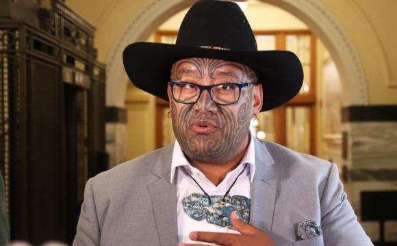Скандал: депутата вигнали із зали парламенту за відмову носити краватку. ФОТО