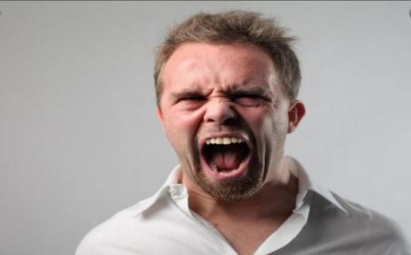 Психований чоловік розтрощив чужі автівки і побив вікна в 3 банках, бо «здали нерви»