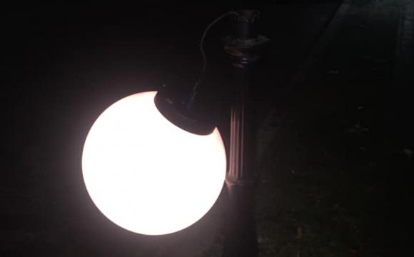 У Луцькому сквері позривали ліхтарі. ФОТО