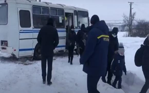 На Володимирщині у снігових заметах застряг автобус з дітьми. ВІДЕО