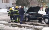 Посеред двору в Луцьку згорів автомобіль. ФОТО