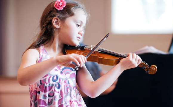 «На День міста грати не можна»: 6-річну лучанку зі скрипкою вигнали з центру за гру на скрипці