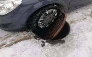 В Луцьку водій заїхав колесом в люк. ФОТО