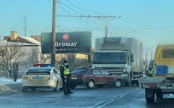 """У Луцьку легковик виїхав на """"зустрічну"""" і зіткнувся з вантажівкою"""