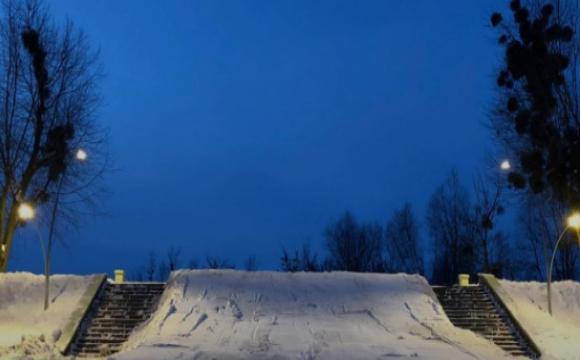 В Луцьку організували світломузичну снігову гірку. ВІДЕО