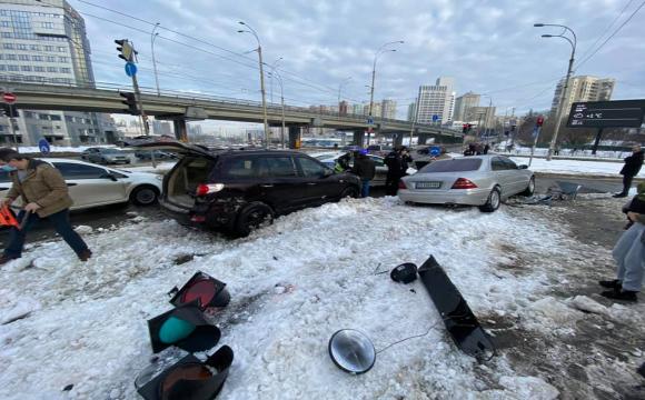 Нетверезий водій утікав від поліції та збив жінку: масштабна ДТП у Києві