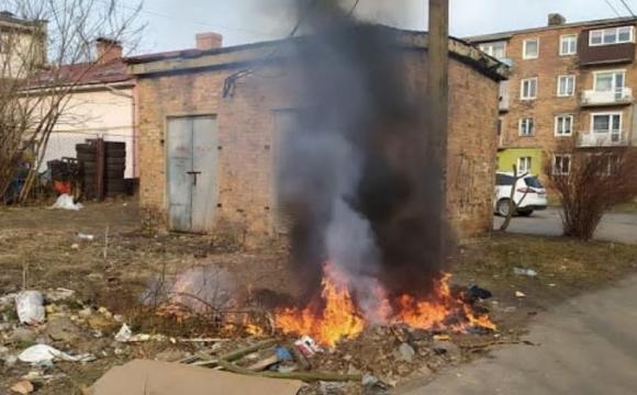 У Нововолинську внаслідок спалювання листя знеструмили цілу вулицю