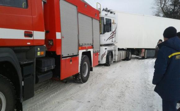На Волині за минулу добу рятувальники зі снігових заметів вивільнили 9 автівок та 1 пасажирський автобус. ФОТО