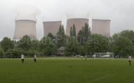 Шокуючі кадри: під час футбольного матчу підірвали електростанцію поряд. ВІДЕО
