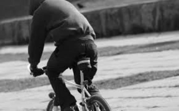 У Луцьку велосипедист вирвав у перехожого гроші просто з рук
