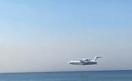 Пожежний літак у Туреччині «падав» у воду набираючи її для гасіння пожежі. ВІДЕО
