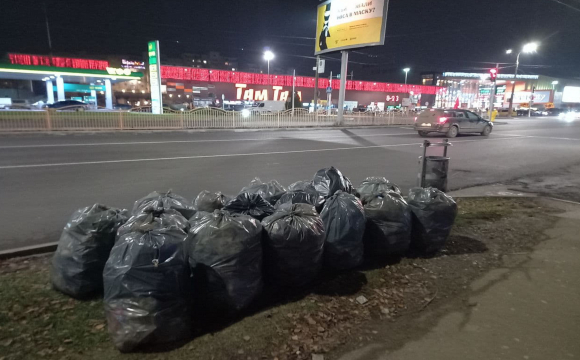 В Луцьку невідомі покидали мішки сміття біля дороги. ФОТО