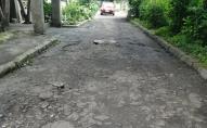 «Яма на ямі»: лучани скаржаться на розбиту дорогу у дворі
