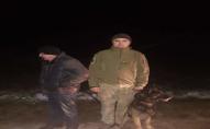 Прикордонники з собакою розшукали зниклого у лісі чоловіка. ФОТО