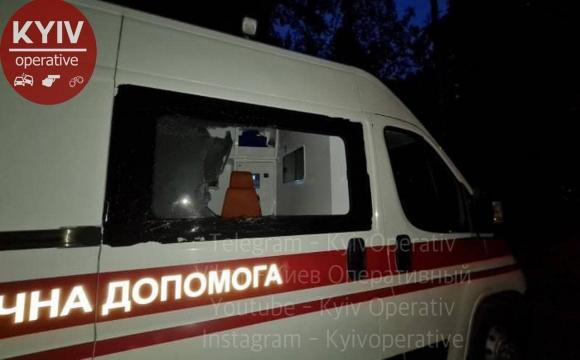 У столиці неадекват на підпитку напав на медиків з кинджалом та побив вікна швидкої. ФОТО