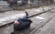Миттєва карма: перешкоджав зйомкам сюжету про ожеледицю, послизнувся та сів у калюжу. ВІДЕО