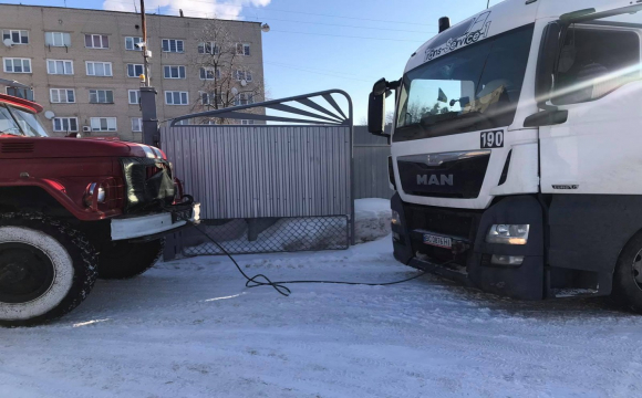 У місті на Волині вантажівки, які доставляли товар, застрягли у сніговому наметі