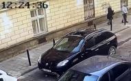 У Львові шматки фасаду будинку впали на авто