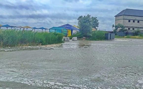 Пляжі Кирилівки пішли під воду. ФОТО