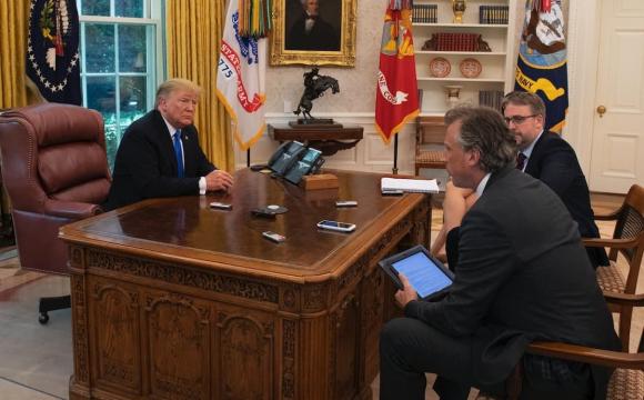 Байден позбувся червоної кнопки, яку в Овальному кабінеті встановив Трамп