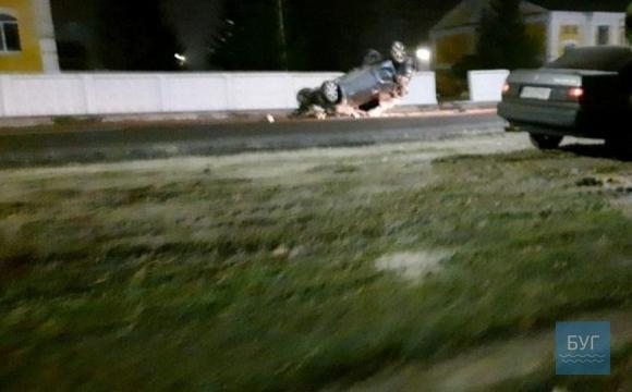 У Володимирі-Волинському юнка на авто батьків протаранила бетонний паркан. ФОТО