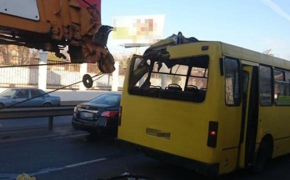 Вантажний кран протаранив маршрутку: троє людей травмувалися. ФОТО