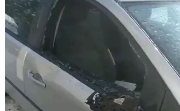 На проспекті Соборності льодова брила розтрощила авто. ФОТО