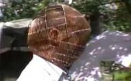 Щоб не зірватись: чоловік кидає курити з кліткою на голові. ФОТО