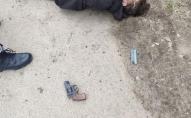 Чоловік, тікаючи від поліції, двічі вистрілив сам у себе