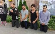 Роми, які побили ветерана АТО, вибачилися перед ним стоячи на колінах