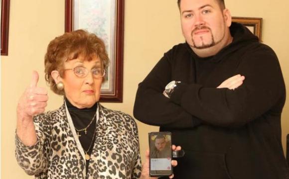 «Не дуже спортивний», але «добре заварює чай»: бабуся шукає в Tinder пару для онука