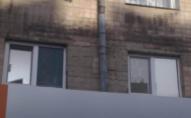 В Луцьку через іржаву трубу стіни будинку покрились пліснявою. ФОТО