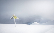 Під Луцьком із снігу витягнули 14 авто, серед них «швидку». ВІДЕО