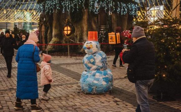 Який рік - такий і сніговик: сніговика «зліпили» із медичних масок
