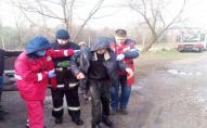Рятувалньники діставали пенсіонера з крижаної ополонки. ФОТО