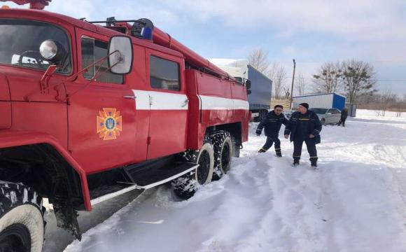 Під Володимиром-Волинським в снігу застрягла фура. ФОТО